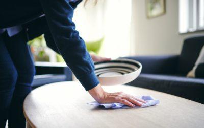 Renell-medarbejder tørrer bord af i privathjem