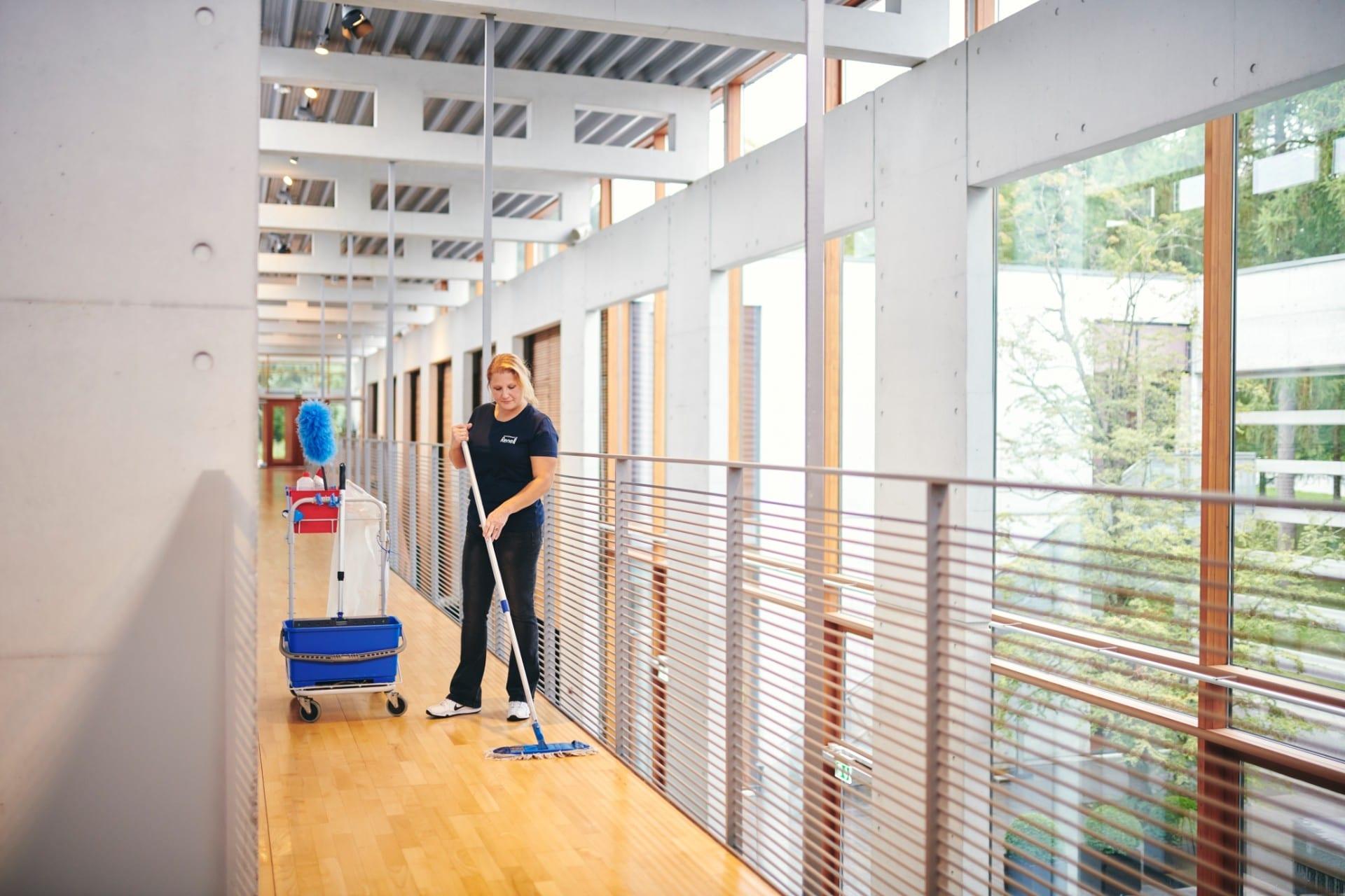 Renell-medarbejder vasker gulv med mobbe hos erhvervskunde