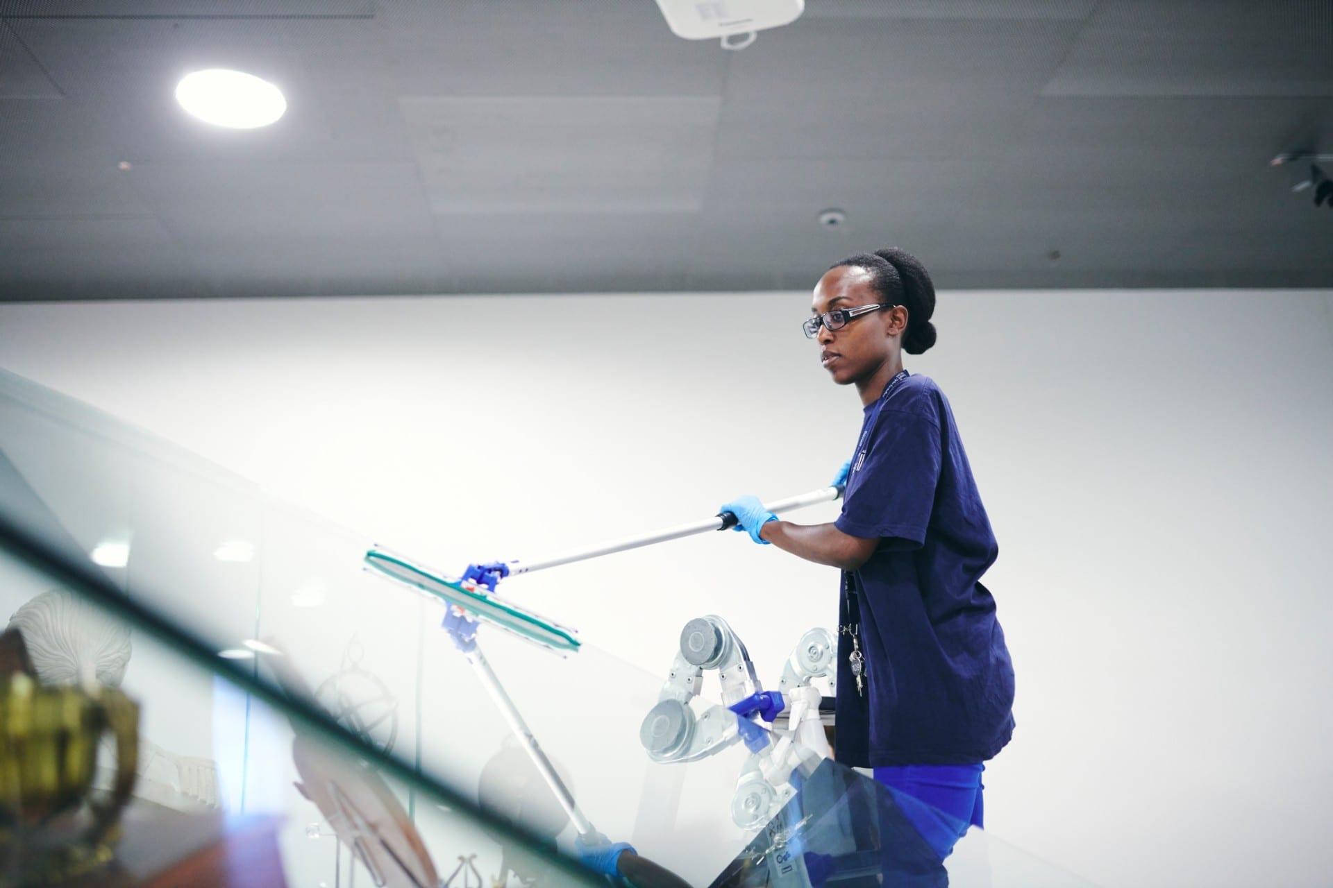 Renell-medarbejder tørrer glasflade hos ehvervskunde
