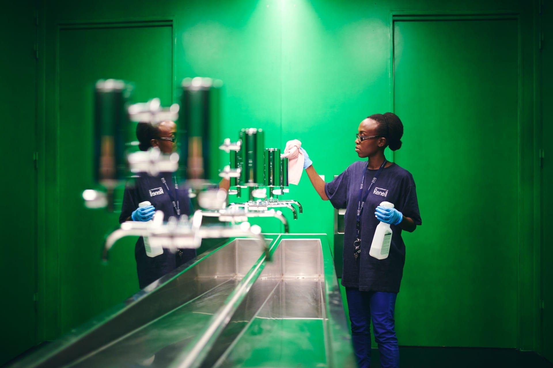 Renell-medarbejder pudser spejl hos erhvervskunde