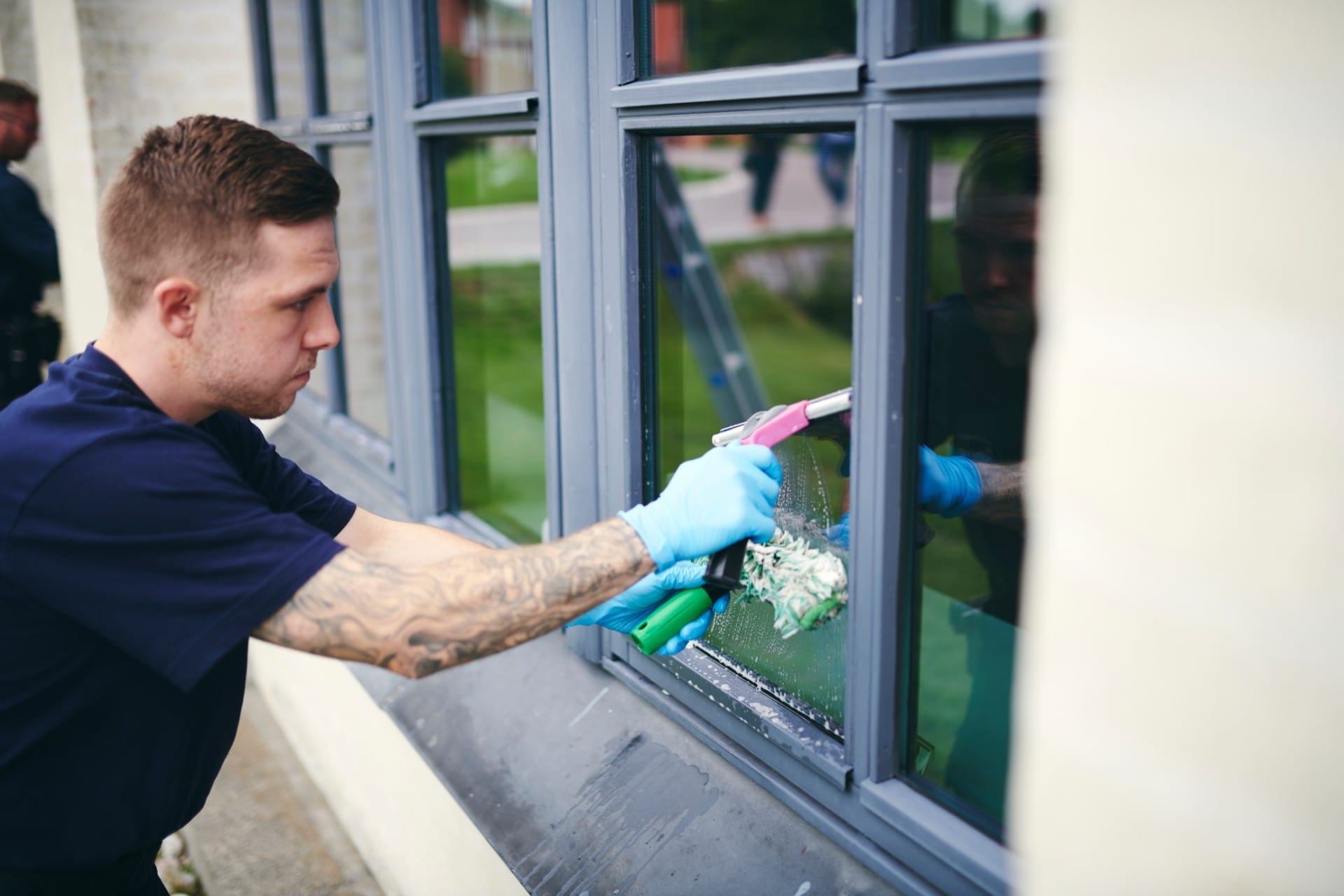 Renell-vinduespudser pudser vindue hos erhvervskunde