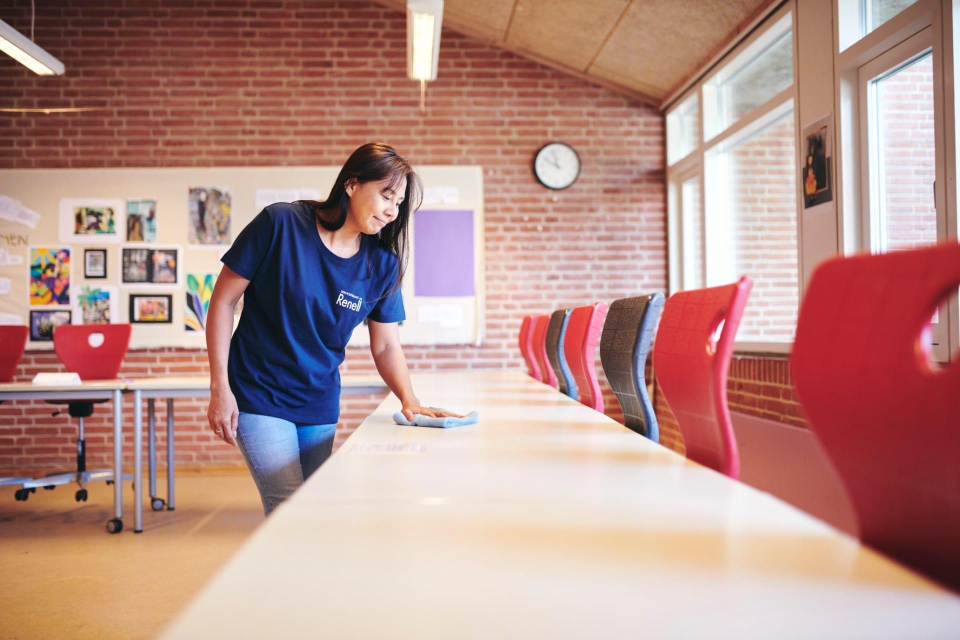 Renell-medarbejder tørrer skolebord af med en klud