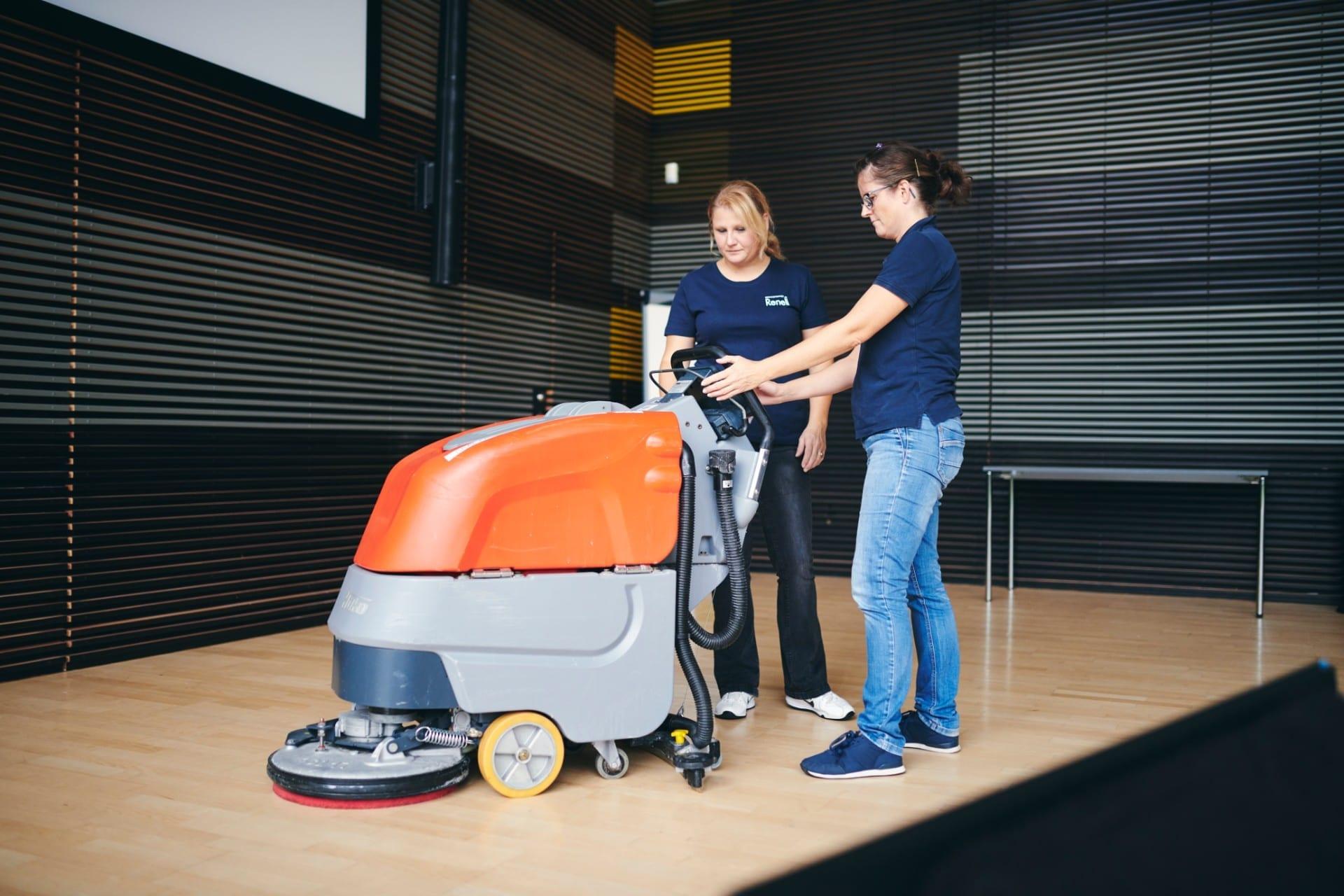 Renell-medarbejder får oplæring af serviceleder i gulvmaskine
